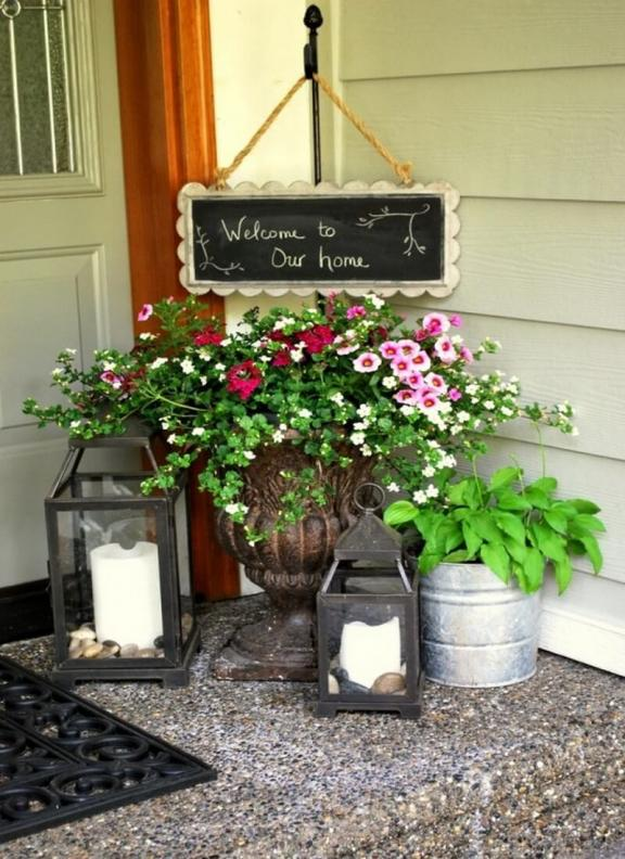 An Antique Porch Decoration Idea that Welcomes Visitors with Style