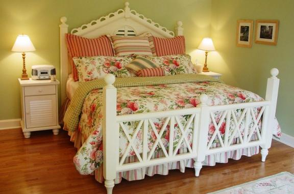 Cozy Springtime Cottage Room