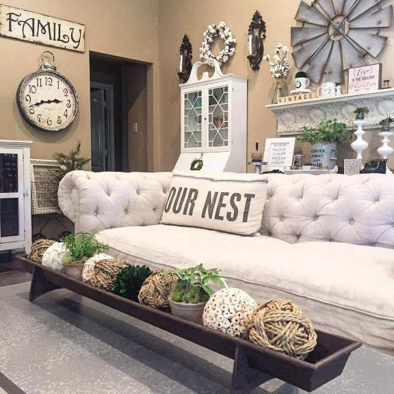 Tufted White Couch et French Linen Pillow